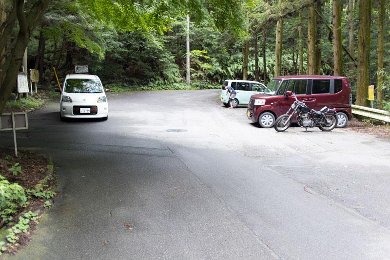 荻不動ヶ滝キャンプ場の目の前にある駐車スペース