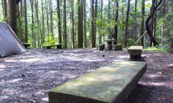 荻不動ヶ滝キャンプ場の詳細。愛知県幸田町にある木々に囲まれたキャンプ場