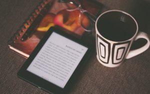 Amazonの電子書籍リーダーKindleはどれがおすすめ?価格・防水機能などの特徴を比較