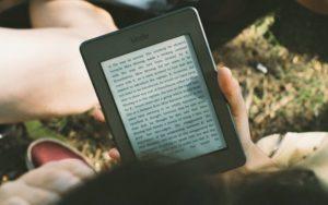 キャンプで読書するならkindleは必須。あと、おすすめ本10冊紹介